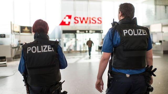 Kantonspolizisten patroullieren im Flughafen Zürich.
