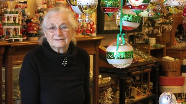 Anna Willisegger in ihrem Laden - umgeben von Weihnachtskugeln.