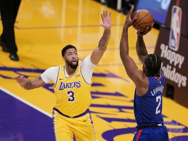 Lakers' Anthony Davies versucht Clippers' Kawhi Leonard zu blocken.