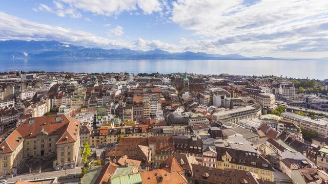 Die Dächer von Lausanne, fotografiert in Richtung Genfersee und Alpen.