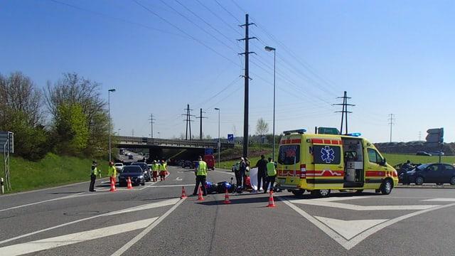 AMbulanz biem Motorradunfall auf der Suhrerstrasse bei Kölliken