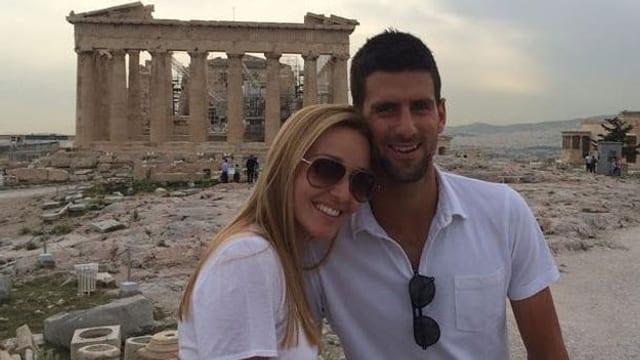 Novak Djokovic und Jelena Ristic vor der Akropolis posierend.