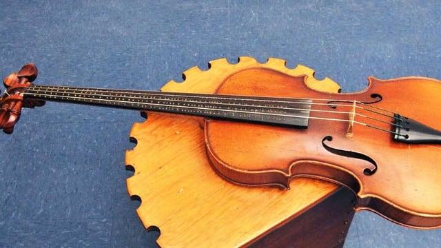 Bratsche mit dem Griffbrett eines Cellos. Auf dem Griffbrett sind kleine Metallnoppen angebracht.