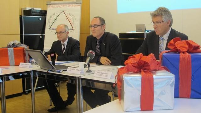 Pressekonferenz mit Geschenkpaketen auf dem Tisch