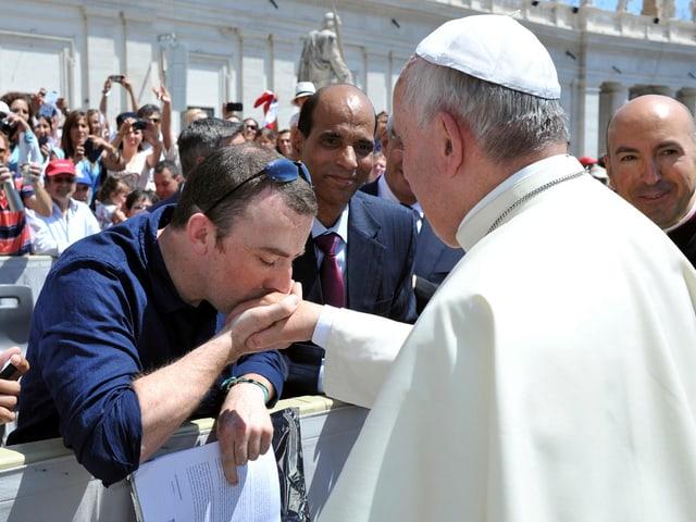 Doyle küsst die Hand des Papstes, 2014 in Rom.