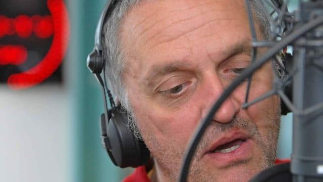 Mann mit Kopfhörern.