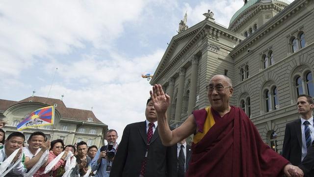 Der dalai Lama winkt der jubelnden Menge vor dem Bundeshaus zu. (keystone)