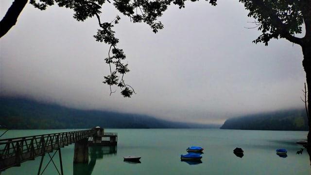 Eine tiefliegende Wolkendecke über dem Klöntalersee im Glarnerland.