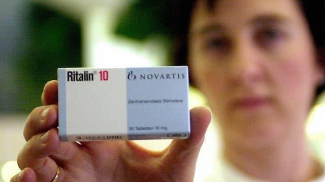 Eine Packung des Medikaments Ritalin wird in die Kamera gehalten.