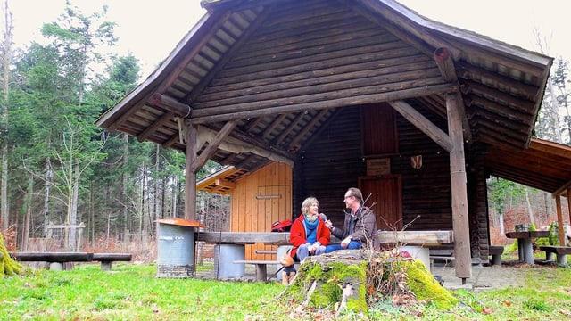 Maya Graf und Christian Zeugin vor einer Waldhütte.