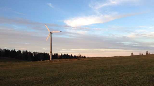 Bild vom bestehenden Windrad beim Sonnenuntergang.