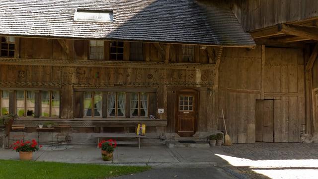 Vorplatz zum Bauernhof «Glungge» im typisch emmentalischen Baustil.