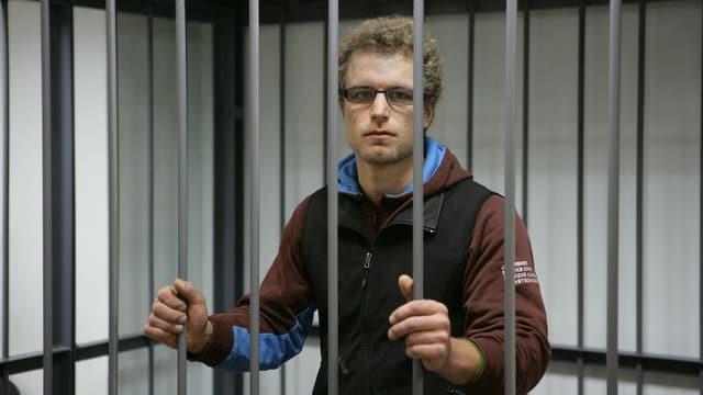 Marco Weber hinter Gittern von Murmansk.