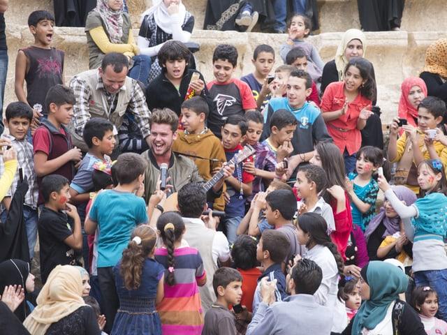 Stimmung wie an einem Pop-Konzert. Rund 300 syrische Flüchtlingskinder, die von Terre des hommes - Kinderhilfe betreut werden, durften dank Bastian Baker für einen Moment ihre Sorgen vergessen.