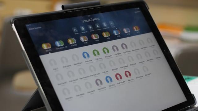 Ils novs iPads en la scola da Zernez, il magister ha la controlla dals uffants
