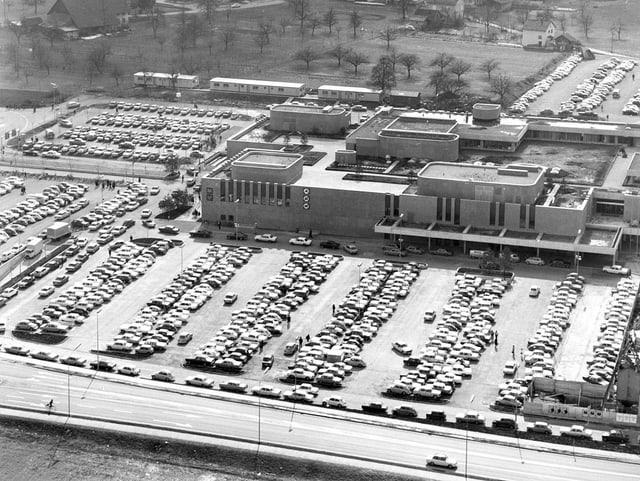 Der Parkplatz und das Shopping-Center von Spreitenbach, aufgenommen am 22. April 1970.