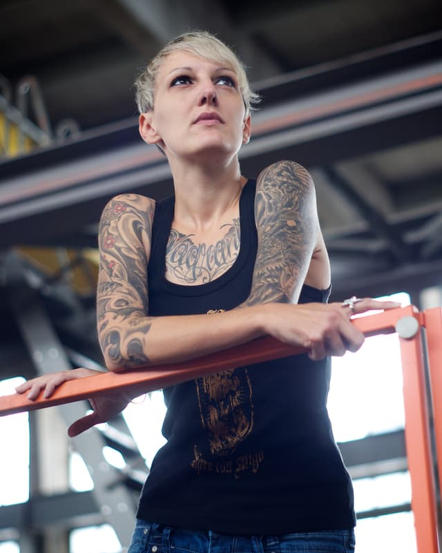 """Tina Gottier aus Thun schreibt: """"There`s a difference between HAVING a tattoo & BEING tattooed."""""""