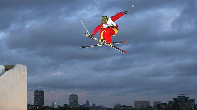 Freestyler da skis en l'aria.