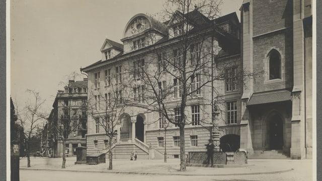 Ein Schwarz-Weiss-Foto einer Gebäudefassade.