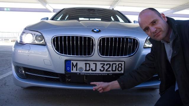 Distanz-Scanner unter dem vorderen Nummerschild des BMWs.