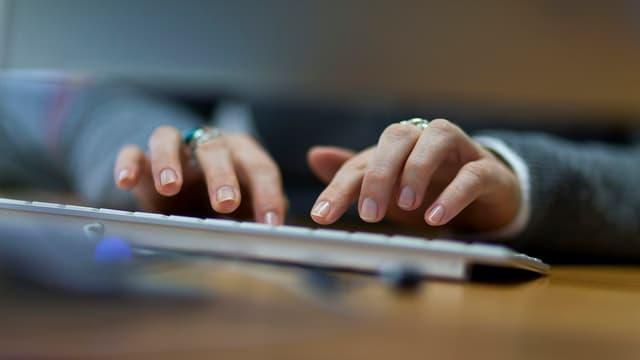 Mauns che scrivan sin ina tastatura.