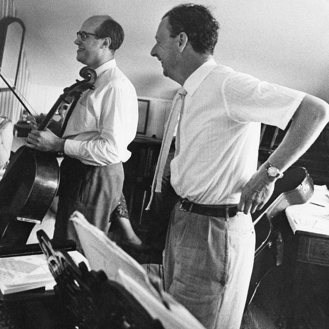 Briiten und Rostropovitch vor Noten am Klavier stehend