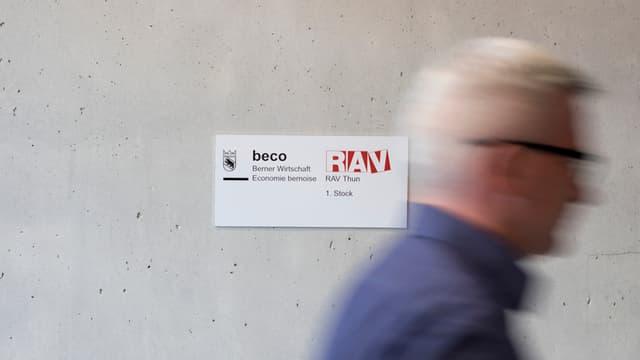 Das regionale Arbeitsvermittlungs-Zentrum Thun mit älterem Kunden (gestellte Aufnahme).