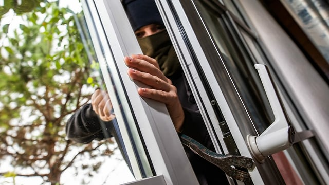 ader che rumpa en dad ina porta da balcon.