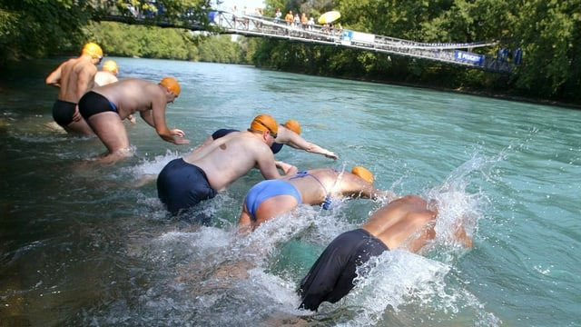 Schwimmer springen in die Aare in Bern.