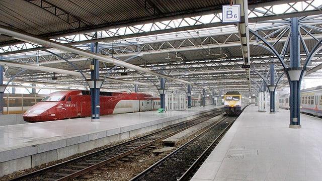 Ina staziun da viafier senza persunas, ins vesa anc trens che stattan eri.