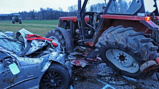 Ein Auto und ein Traktor, die beim Unfall zerstört wurden.