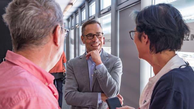 Matthias Hüppi im Gespräch mit Teilnehmern am ersten «Hallo SRF! exklusiv».