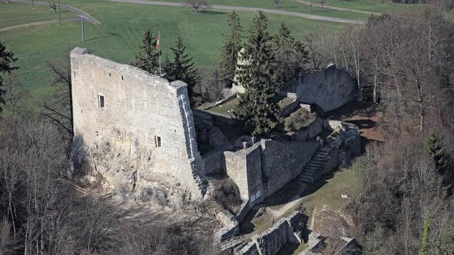 Die Ruine Farnsburg mit der mächtigen Schildmauer
