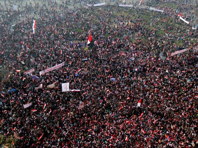 Der Tahrir-Platz aus der Vogelperspektive. Tausende Menschen sind zu sehen.
