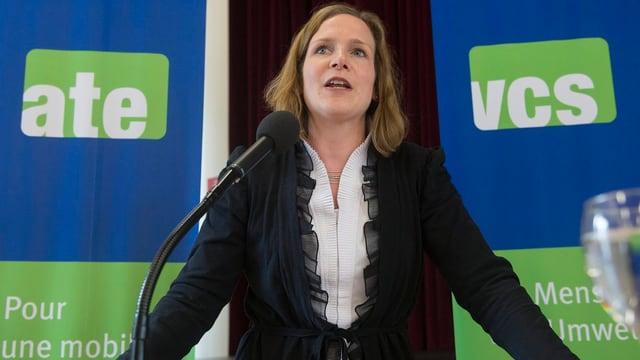 Evi Allemann am Mikrofon vor den VCS-Delegierten nach ihrer Wahl zur Präsidentin.