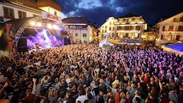 Der Thuner Rathausplatz, beim Thunfest voller Publikum