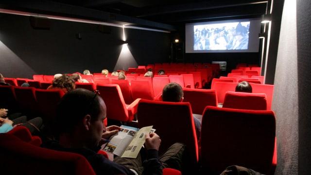 Publikum in einem halb leeren Kinosaal.
