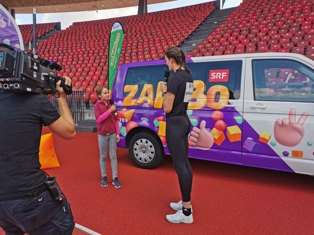 Paula interviewt vor Zambo-Bus Lea Sprunger