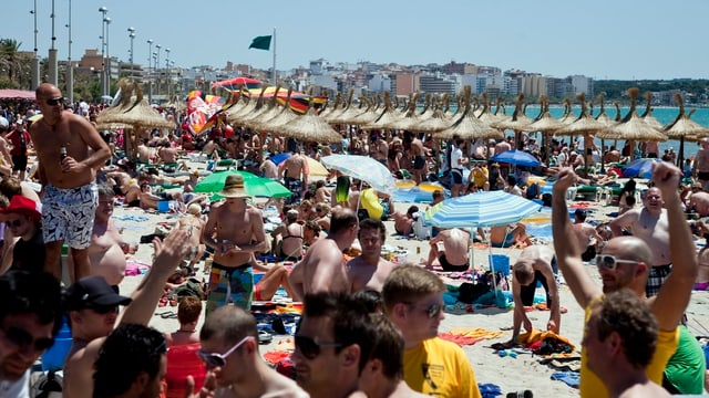 Viele nackte Deutsche an einem Strand.