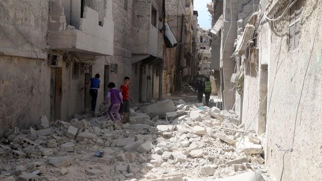 EIne Häuserreihe in Aleppo nach einem Luftangriff, 11.4.16