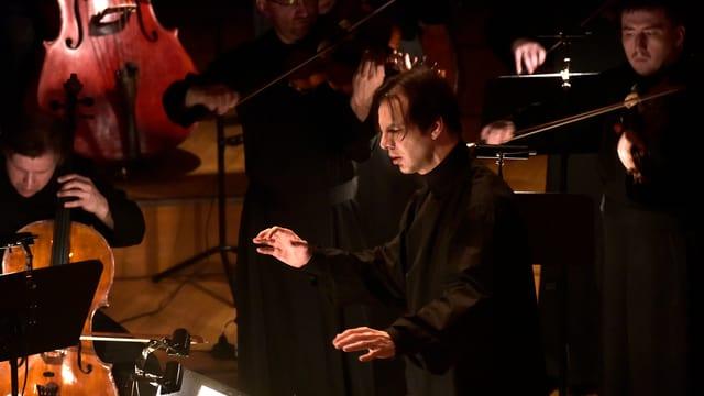 Dirigent mit Orchester.