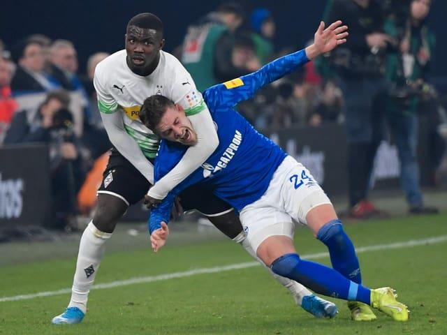 Zweikampf im Spiel Schalke - Gladbach