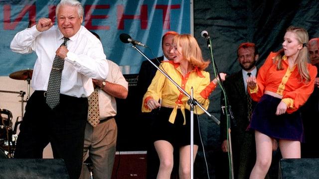 Boris Jelzin tanzt bei einem Musikfestival (1996).