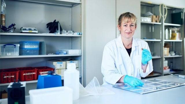 Eine Frau im Labor.