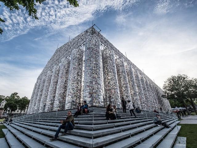 Marta Minujíns Installation «Parthenon der Bücher» aus Stahl, Büchern und Kunststofffolie.