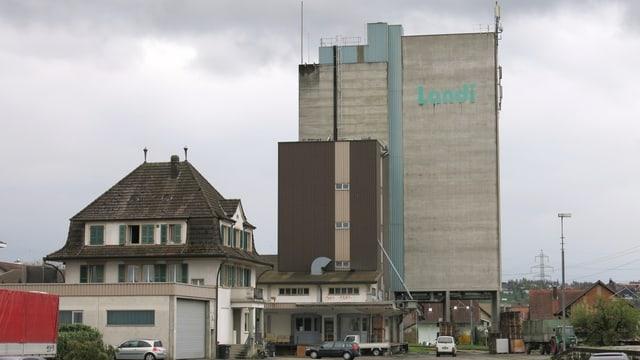Die Landi am Bahnhof Kerzers. Sie soll in die Inustriezone verlegt werden.