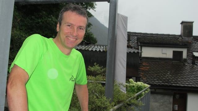 Claudio Margadant steht auf seiner Terrasse