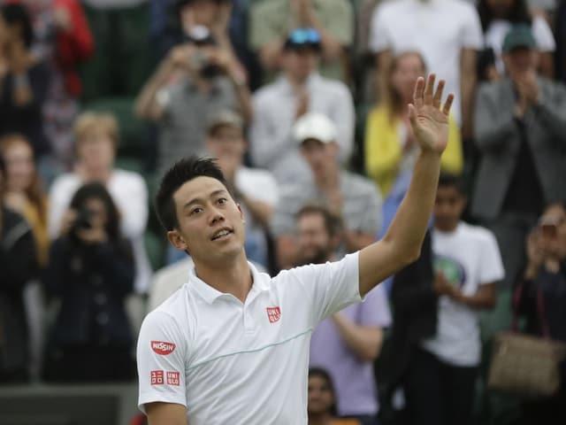 Kei Nishikori winkt ins Publikum.