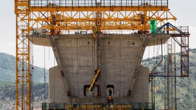 Arbeiter arbeiten auf einer Brückenbaustelle für die Autobahn in Montenegro.