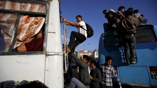 En il Nepal datti adina puspè accidents mortals cun bus, bus ch'èn per part era surchargiads.